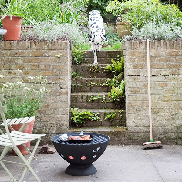 Cast iron fire pit with grill