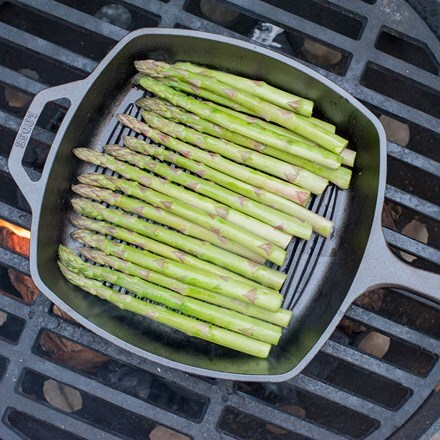 Cast iron griddle for outdoor cooking