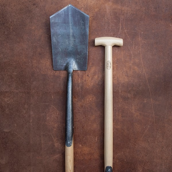 DeWit English pointed spade ash T handle